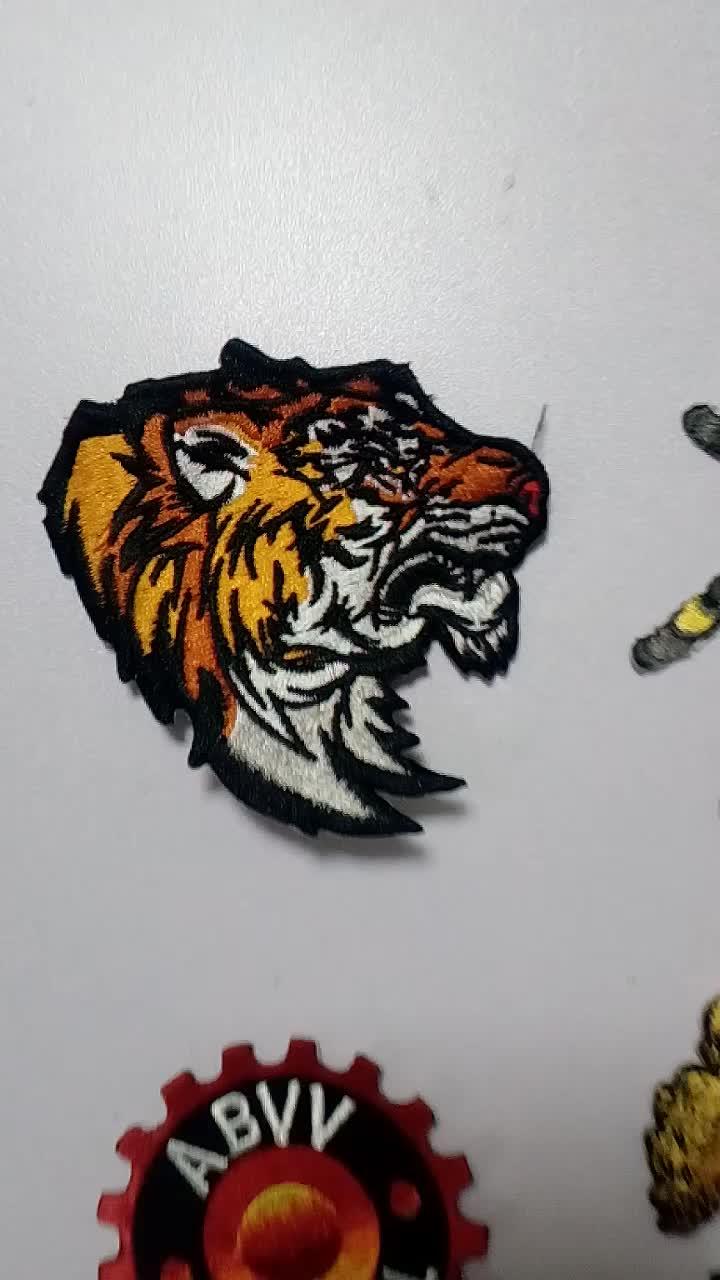 NO MOQ logotipo personalizado plenamente bordado hierro en parches para la ropa sombreros de alta calidad parche personalizado