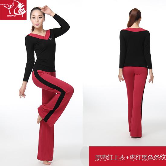 Цвет: Подрезать красный пиджак + красные штаны