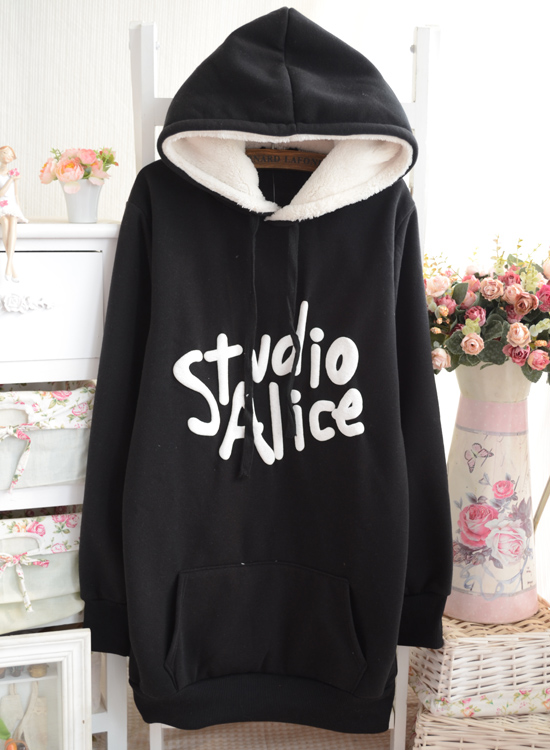 Цвет: Черный балахон и шерстяной свитер