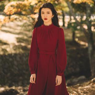 撒哈拉骨子里的复古情怀不对称立裁大荷叶边蕾丝拼接红色连衣裙