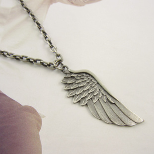 The original single retro silver mens necklace angel wings in Europe  America popular non-mainstream new X437