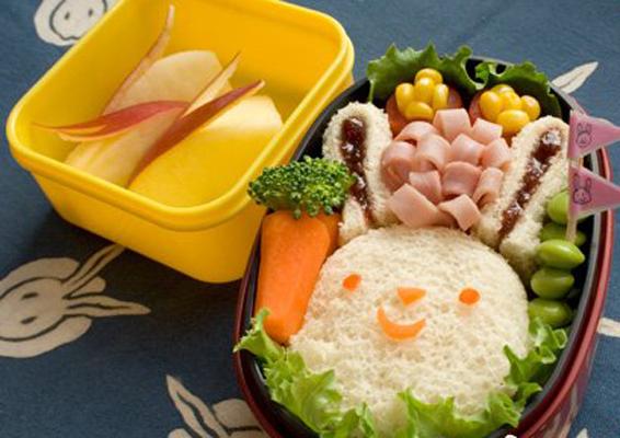 天宝妈一直认为,日本妈咪最细心,所以日文育儿杂志上的宝宝辅食总是特别精制。这次,看到美国版的杂志上20款学童宝宝的午餐盒,才恍然大悟:全世界的妈妈是一样的,有母爱的食物都是色香味俱全,只要有心,四方饭盒也可以变成画布!虽然是汉堡、派、三明治等美式美食为主打,却是日式的荤素搭配且清淡少油腻,看完这些你就不能再说美国食物不健康啦!复活节兔子——面包片配粟米,就是最简单的粗粮和细粮的搭配
